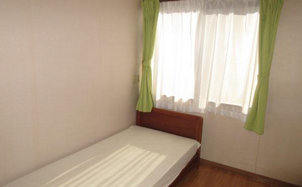居室は個室タイプでベッドは備え付けです