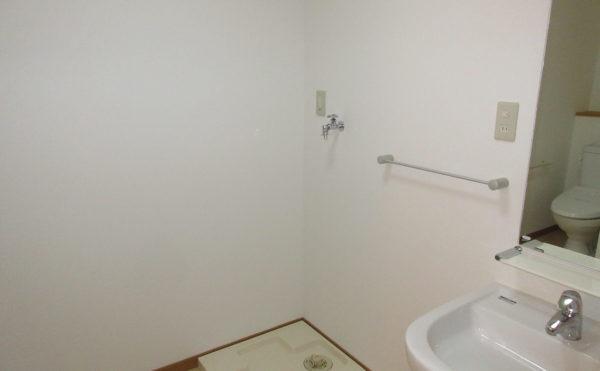 お風呂場の脱衣所には洗濯機置き場がございます
