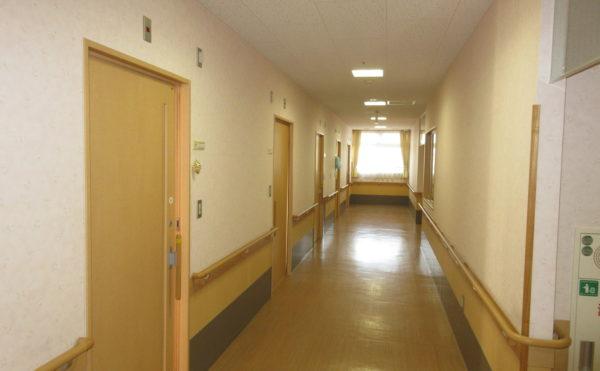 居室に続く廊下も広々です