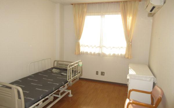 介護ベット、カーテン、タンスが初めから付いています。