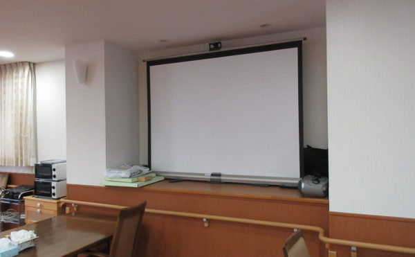 共同の食堂ではスクリーンも設置しています