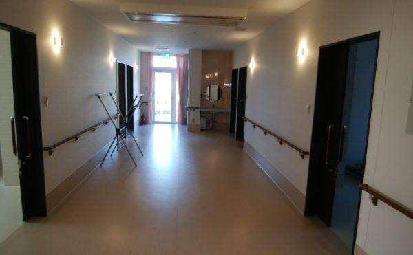 廊下も広々としていて明るい印象です