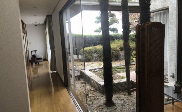 中庭を囲むようにリビングと居室が並んでいます。