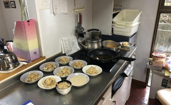 食事は施設内で調理され出来立てを食べる事ができます。