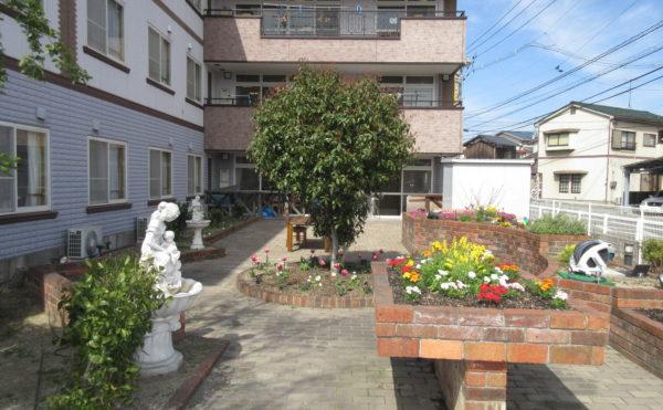 施設お庭。お庭には家庭菜園やお花を植えるスペースもあります。