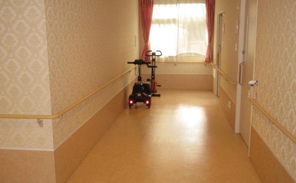 居室に続く廊下も広々としています。