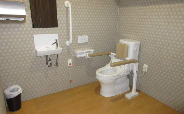 共有のトイレは車いすでも楽々です