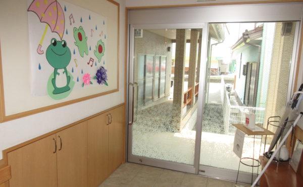 施設の玄関は広々しています