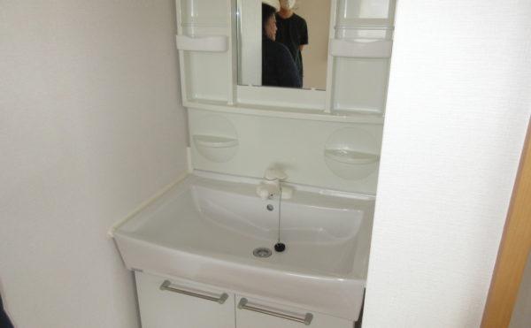 居室の洗面は白を基調としているので清潔感があります。