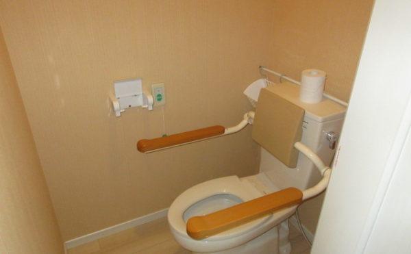 居室にはトイレが付いていて立ち上がりやすいようにバーが付いています。