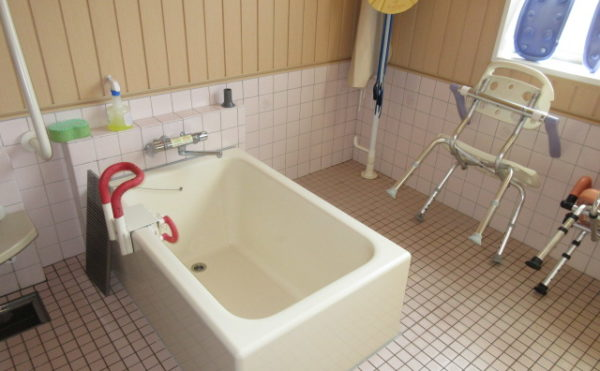 お風呂にまたげれば個浴にもご入浴いただけます。