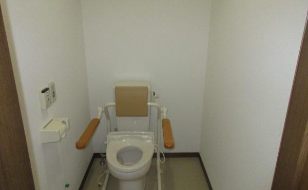居室にはトイレが付いていて立ち上がりやすいようにバーが付属しています。