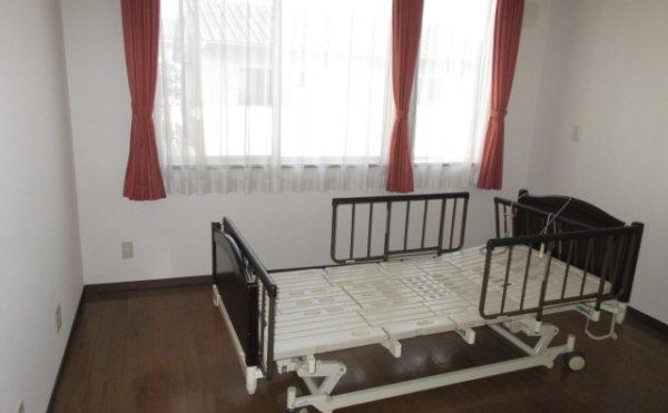 居室は介護ベッドが備え付けです。