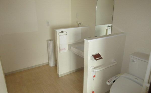 奥側には洗濯機が置けるスペースもございます