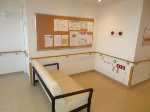 岡山市 サービス付き高齢者向け住宅 そんぽの家東古松S 各階のエレベーター付近の椅子